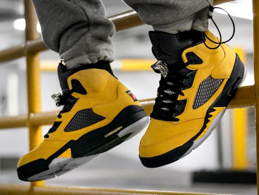 Air Jordan 5 bleue et en suède jaune on feet (7)