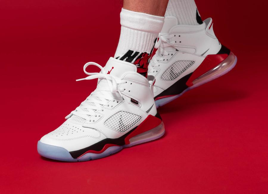 Air-Jordan-Mars-270-blanche-rouge-et-noire-4