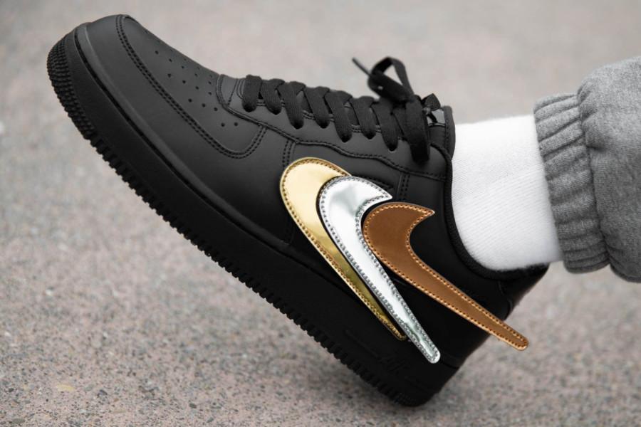 Nike Air Force 1 basse noire avec swoosh métallique interchangeable (3)