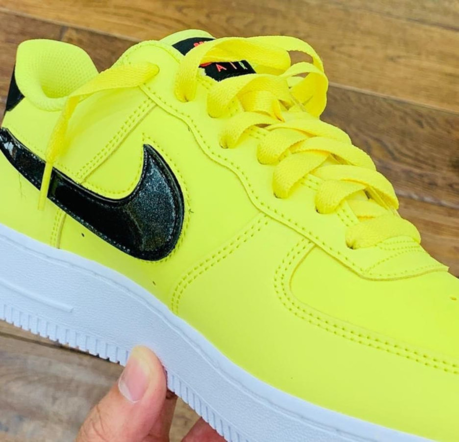 Nike Air Force 1 jaune avec un Swoosh interchangeable (2)
