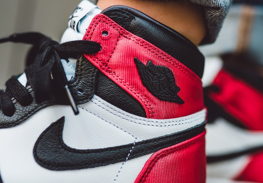 Womens Air Jordan 1 satinée blanche rouge et noire (1)