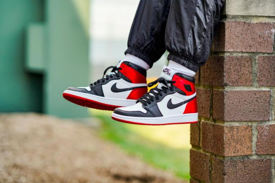 Womens Air Jordan 1 satinée blanche rouge et noire (3)