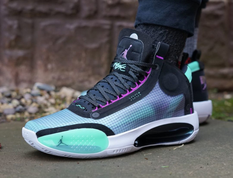 Air Jordan XXXIV vert fluorescent violet et noire on feet (1)
