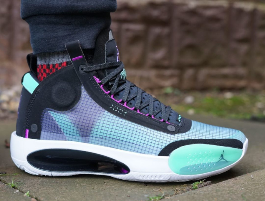 Air Jordan XXXIV vert fluorescent violet et noire on feet (2)