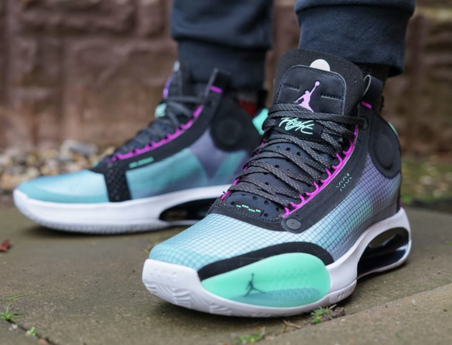 Air Jordan XXXIV vert fluorescent violet et noire on feet (3)