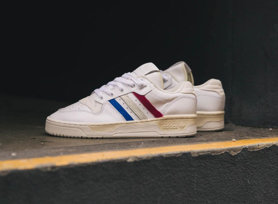 Adidas Rivalry basse blanche et en poils de poney EE4961 (1)