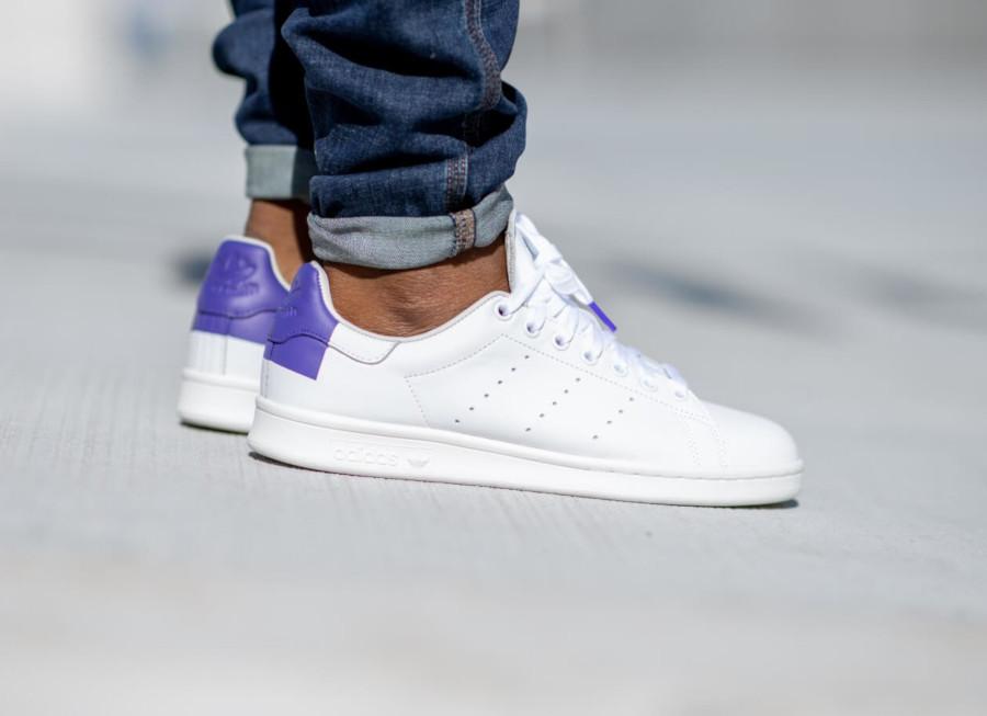 Adidas Stan Smith blanche avec un imprimé carré violet EE5783 (1)
