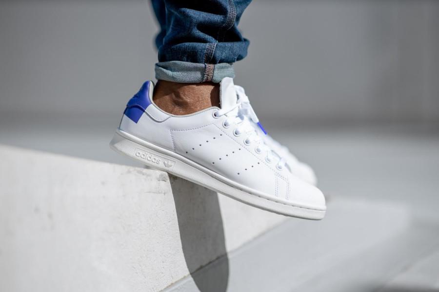 Adidas Stan Smith blanche avec un imprimé carré violet EE5783 (2)