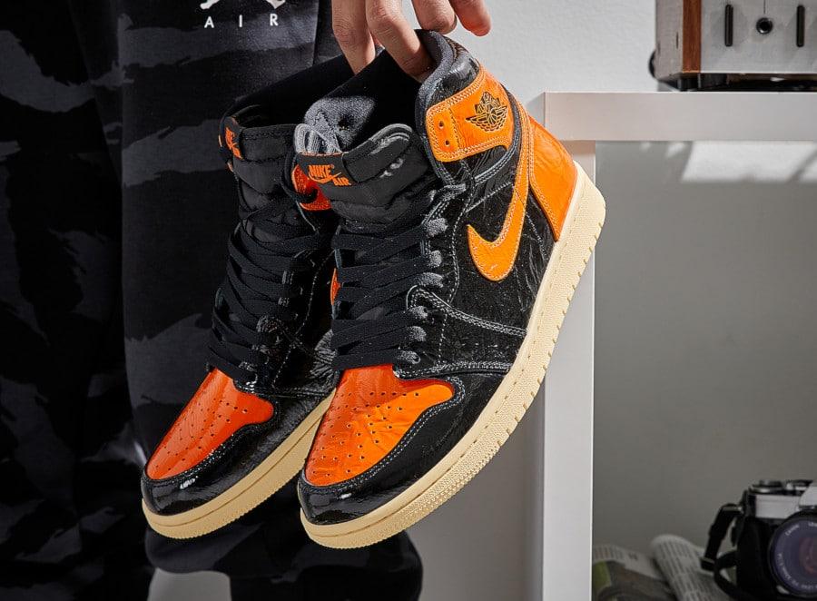 Air-Jordan-1-montante-noire-orange-et-blanc-cassé-555088-028-1