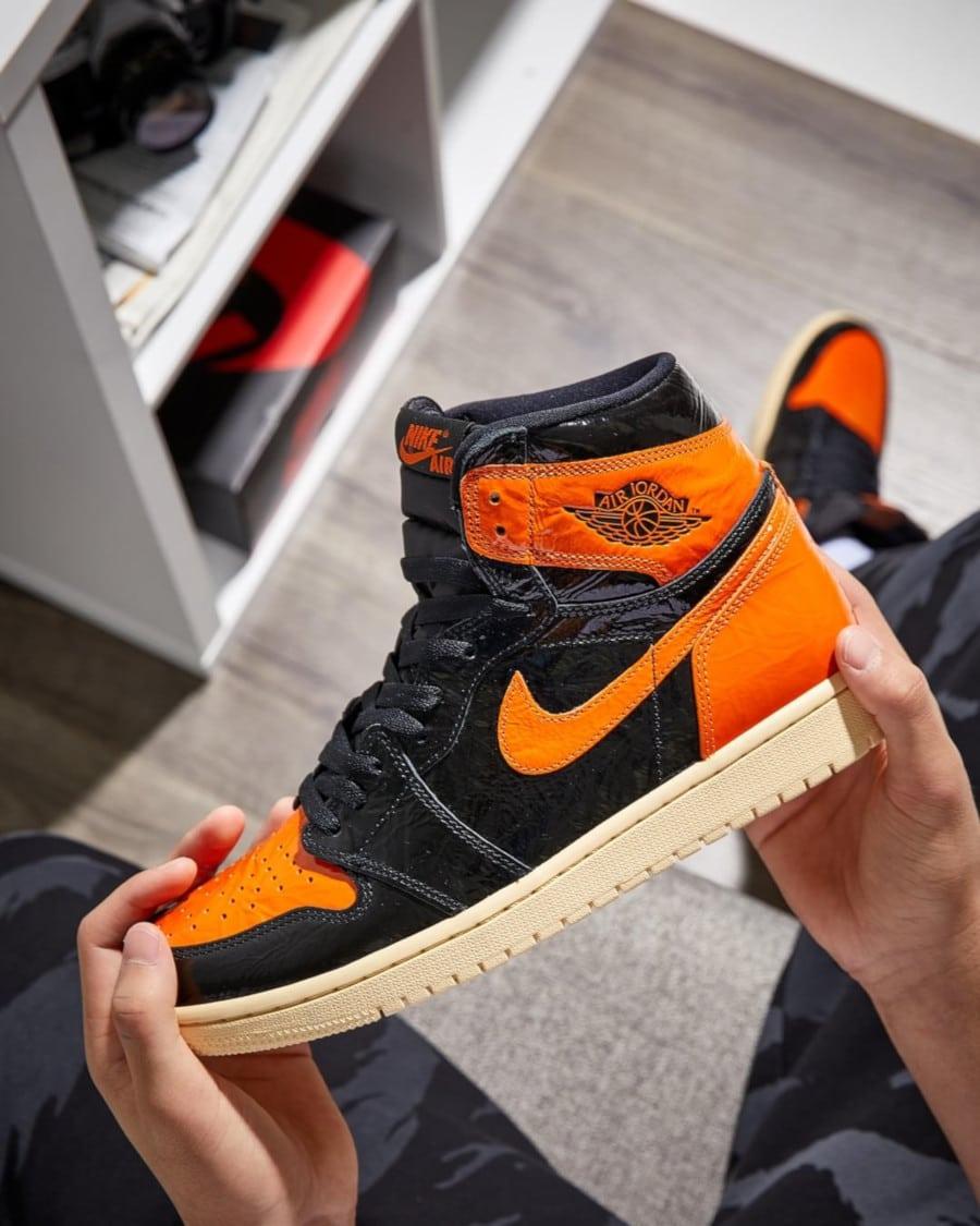 Air Jordan 1 montante noire orange et blanc cassé 555088-028 (2)