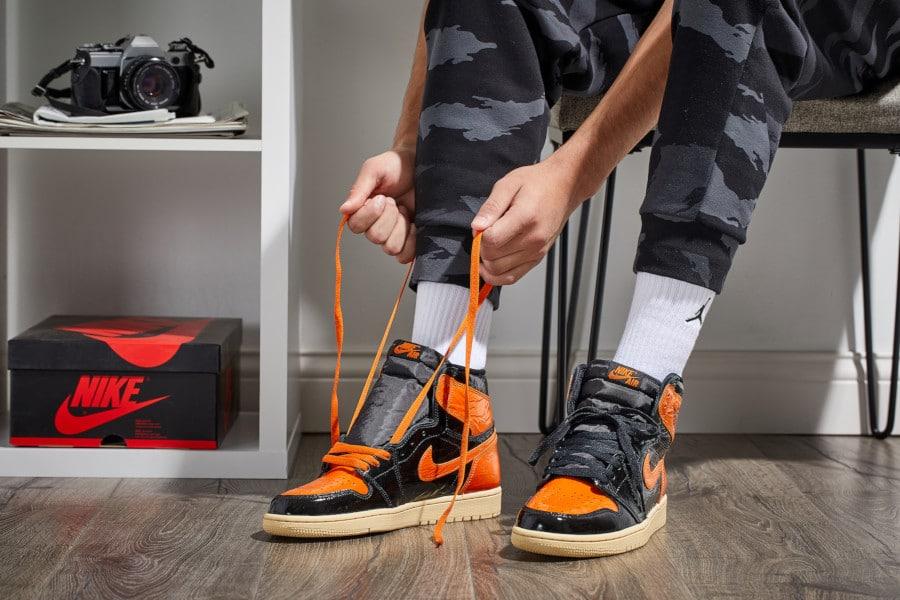 Air-Jordan-1-montante-noire-orange-et-blanc-cassé-555088-028-3