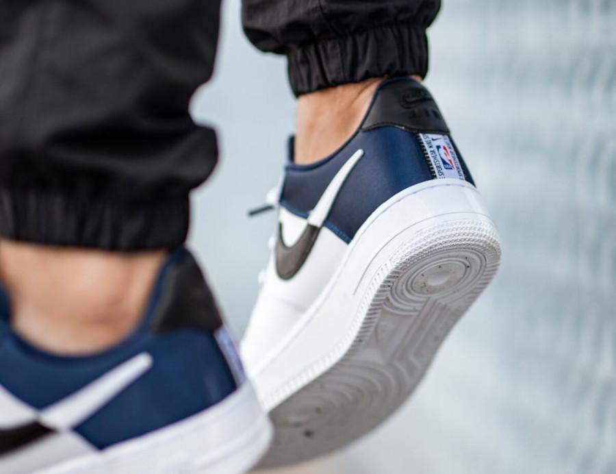 Nike Air Force 1 blanche avec satin bleu marine (1)