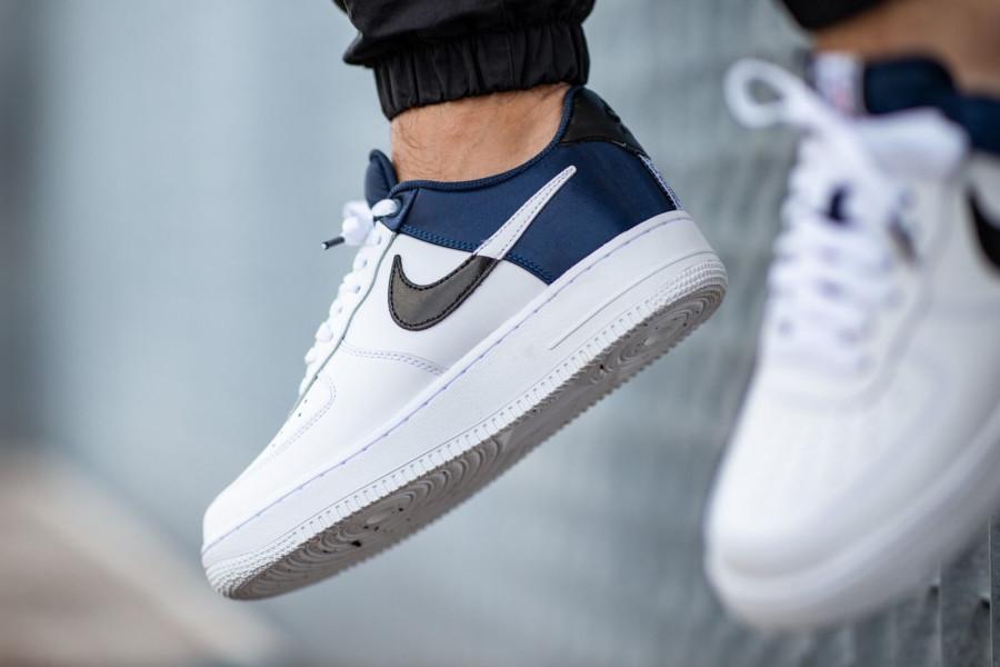 Nike Air Force 1 blanche avec satin bleu marine (2)