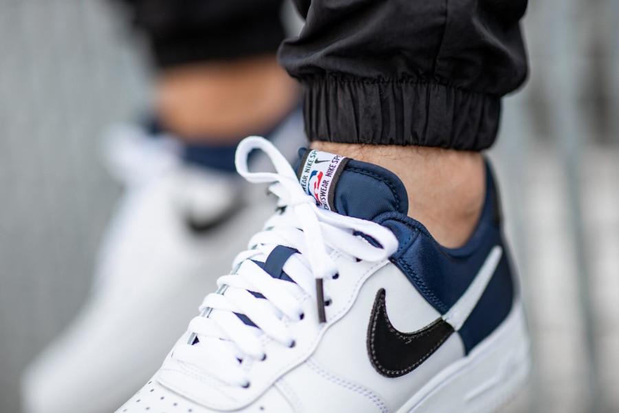 Nike Air Force 1 blanche avec satin bleu marine (3)
