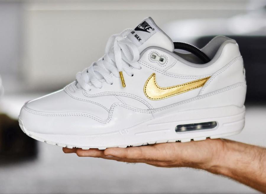 Nike Air Max 1 personnalisée en cuir blanc avec un swoosh doré (1)