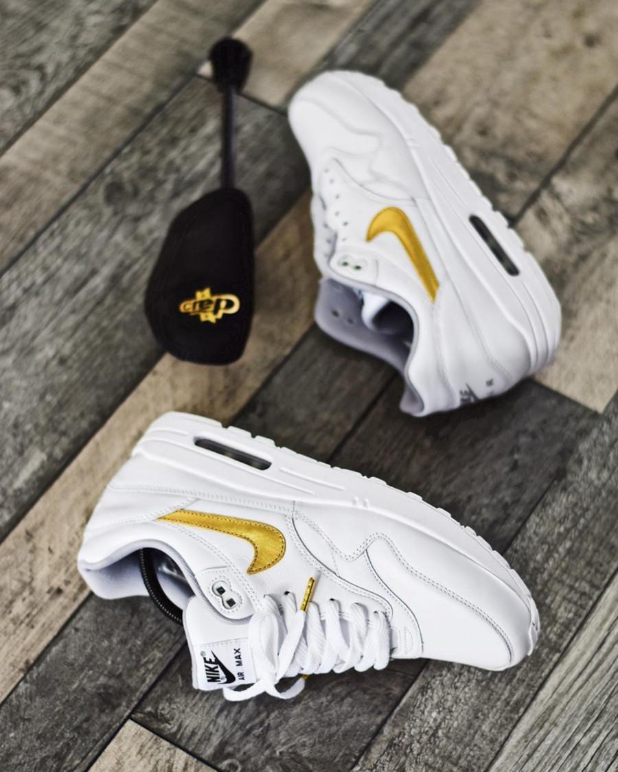 Nike Air Max 1 personnalisée en cuir blanc avec un swoosh doré (2)