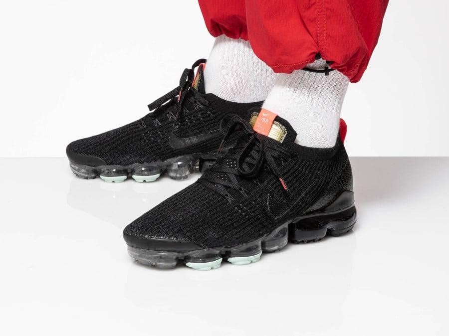 https://www.sneakers-actus.fr/wp-content/uploads/2019/10/Nike-Air-Vapormax-3-FK-noire-avec-un-Swoosh-peau-de-serpent-AJ6900-023-2.jpg