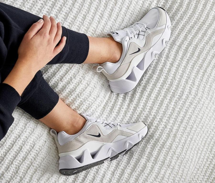 Nike RYZ 365 blanche blanc cassé et noire BQ4153-100 (2)