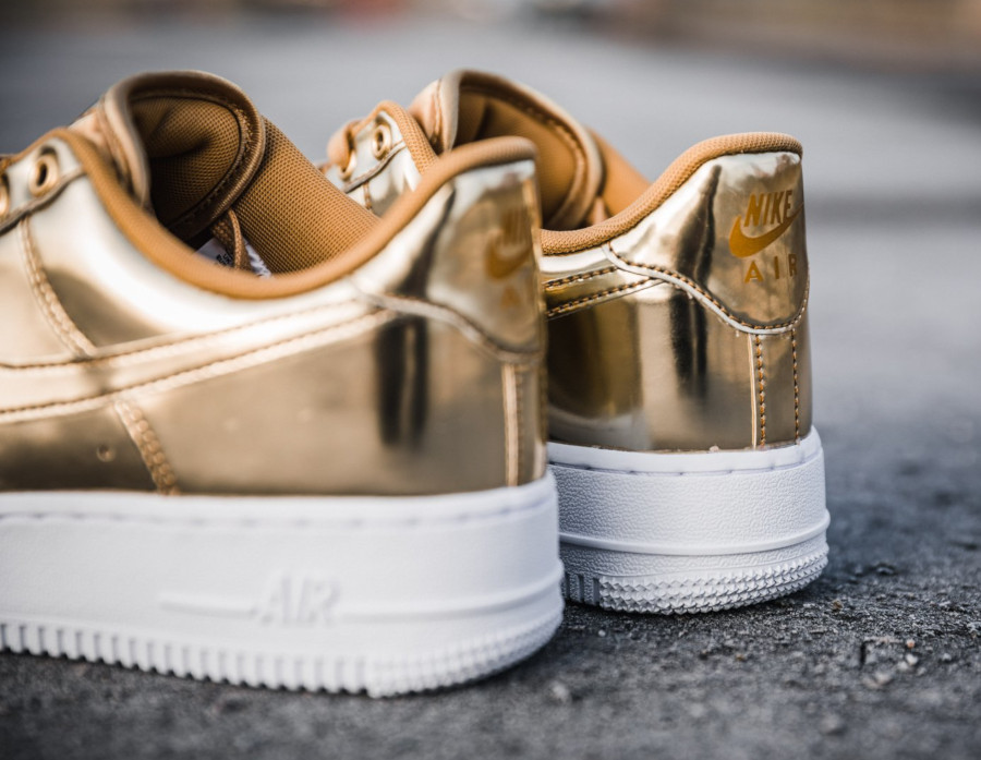 Nike Wmns Air Force 1 Low SP Metallic Gold (1)
