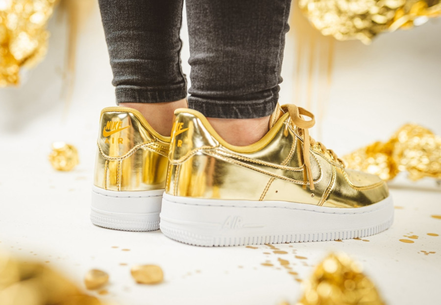 Nike-Wmns-Air-Force-1-Low-SP-Metallic-Gold-3