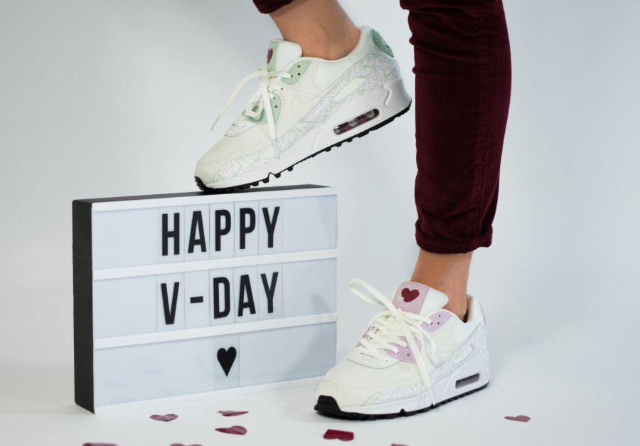 Nike Wmns Air Max 90 U Complete Me on feet (2)