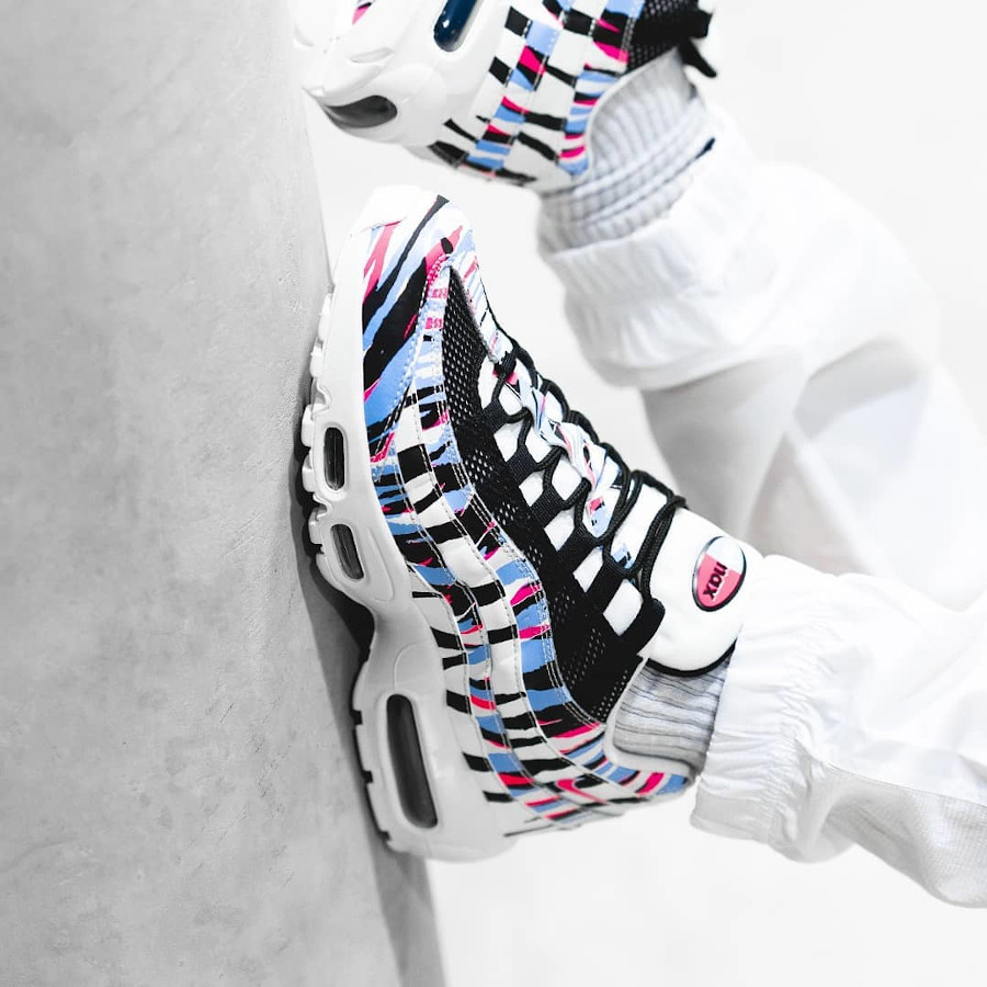 Nike Air Max 95 CTRY 'South Korea' Royal Tint Racer Pink on feet (2)