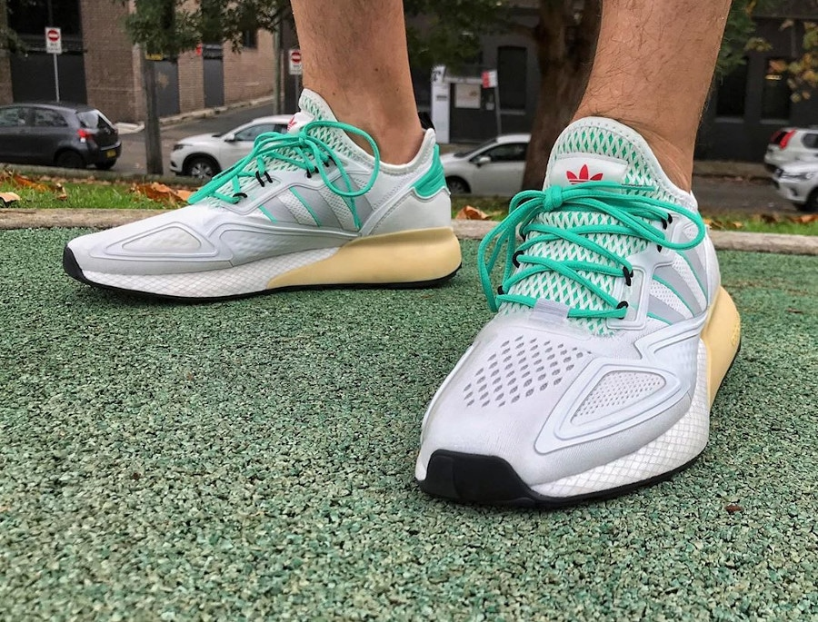 Adidas ZX 2K Boost blanche verte et grise on feet (1)