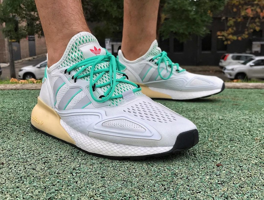 Adidas ZX 2K Boost blanche verte et grise on feet (2)