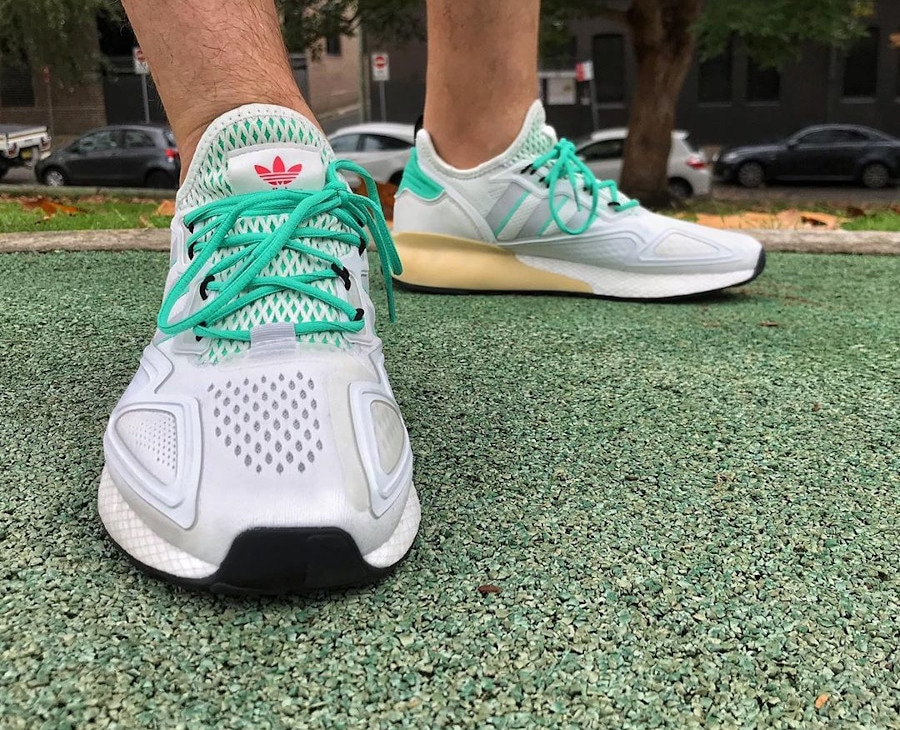 Adidas ZX 2K Boost blanche verte et grise on feet (3)