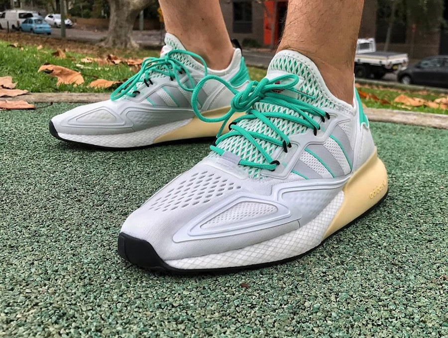 Adidas ZX 2K Boost blanche verte et grise on feet (4)