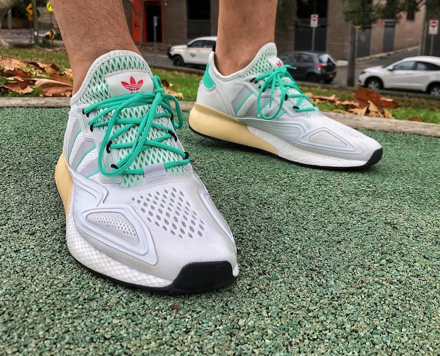 Adidas ZX 2K Boost blanche verte et grise on feet (5)