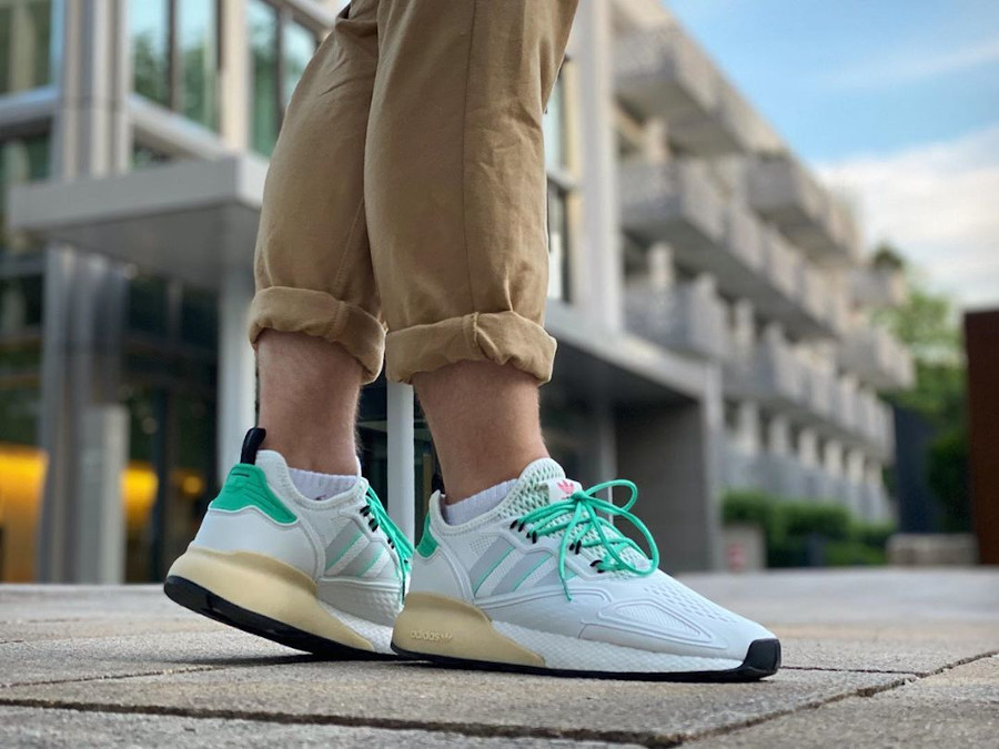 Adidas ZX 2K Boost blanche verte et grise on feet (6)
