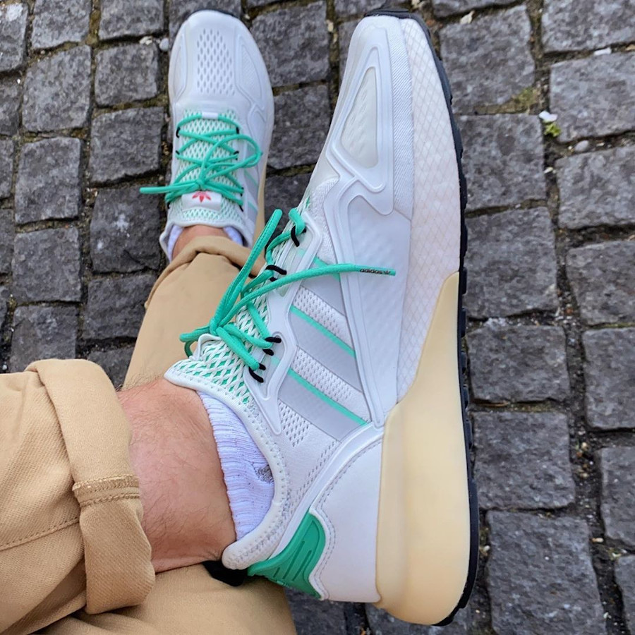 Adidas ZX 2K Boost blanche verte et grise on feet (7)