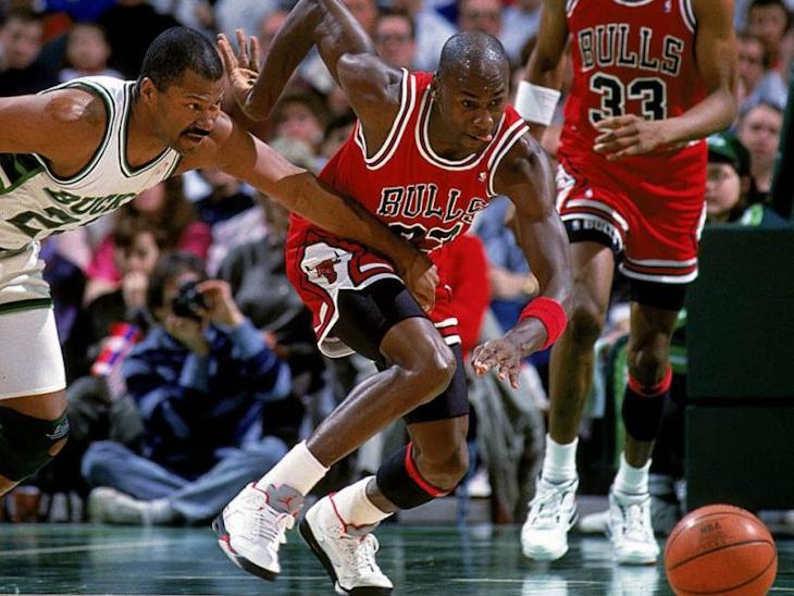 Michael Jordan en Air Jordan 5 OG Fire Red Silver Tongue de 1990 (1)