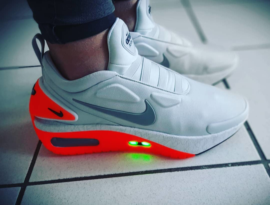 Nike Adapt Automax grise et rouge on feet