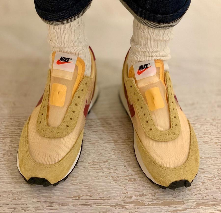 Nike Daybreak SP jaune doré blanche et bordeaux on feet (1)