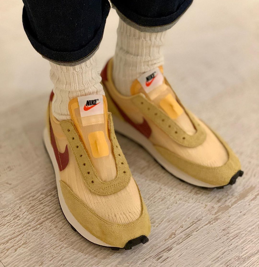 Nike Daybreak SP jaune doré blanche et bordeaux on feet (2)