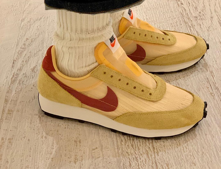 Nike Daybreak SP jaune doré blanche et bordeaux on feet (3)