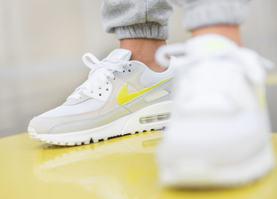 Nike Wmns Air Max 90 White Lemon Venom Pure Platinum Sail (3)