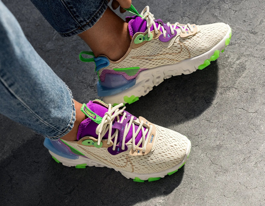 Nike Wmns React Vision beige violet vert fluo on feet (1)
