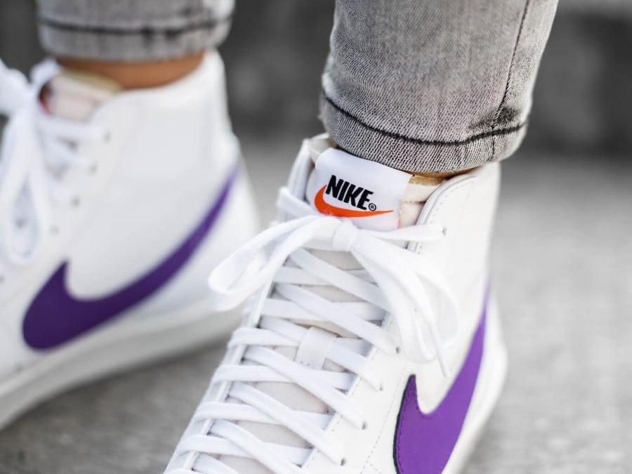 Nike Womens Blazer mi-montante blanche et violette on feet (1)