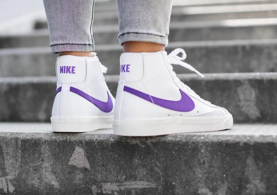 Nike Womens Blazer mi-montante blanche et violette on feet (2)