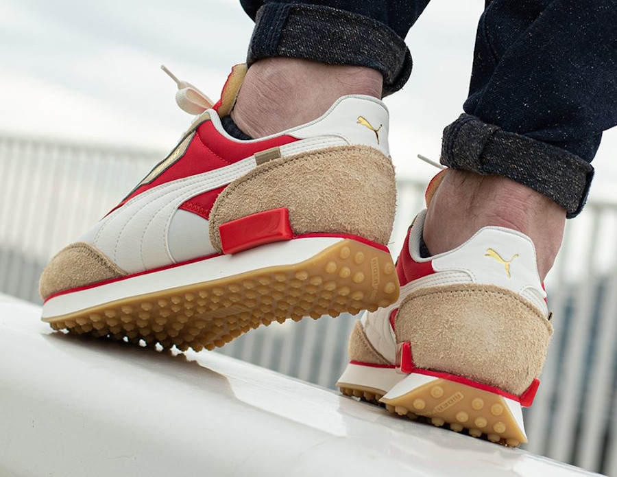 Puma Future Rider Game On beige rouge et or métallique on feet (1)