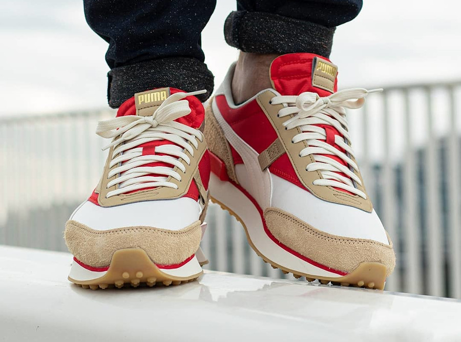 Puma Future Rider Game On beige rouge et or métallique on feet (2)