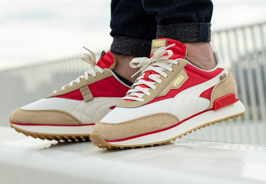Puma Future Rider Game On beige rouge et or métallique on feet (4)