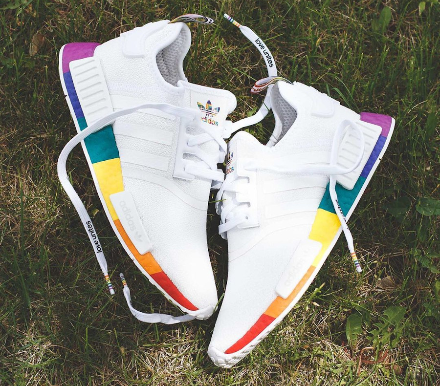Adidas NMD R1 blanche avec une semelle multicolore (1)