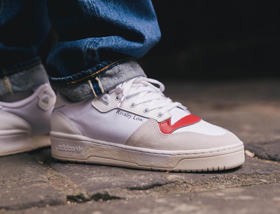 Adidas Rivalry basse 2020 on feet blanche grise et rouge