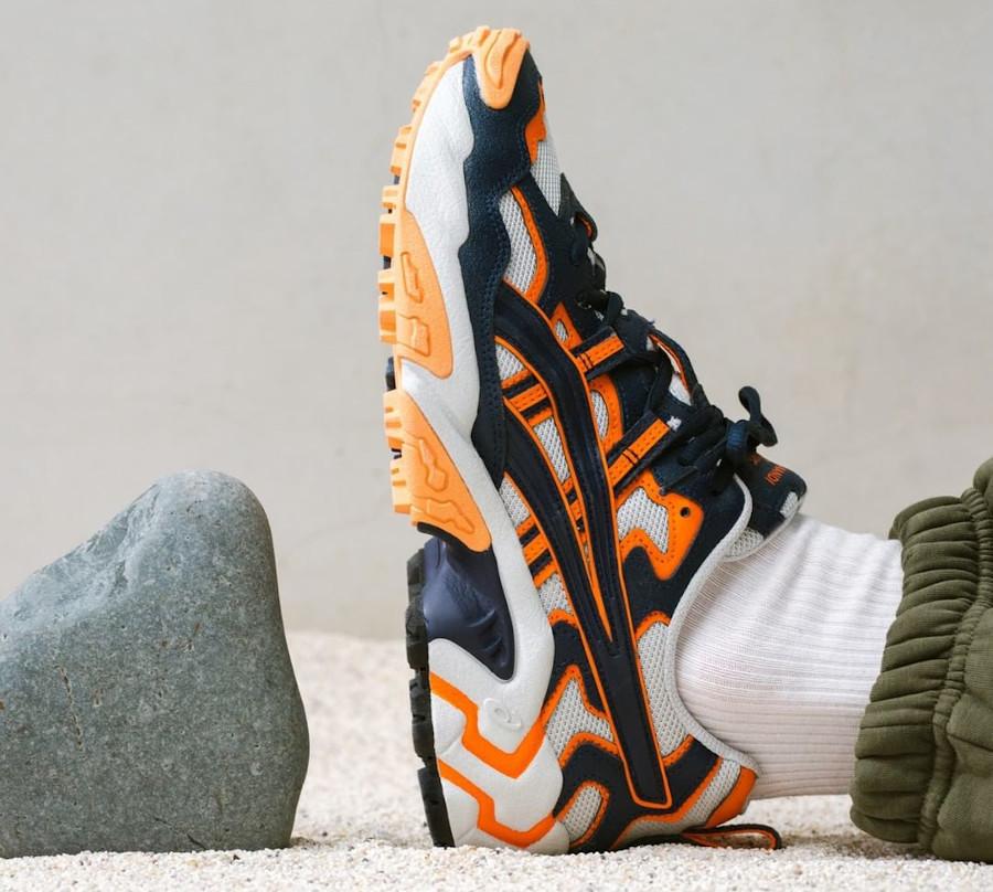 Asics Gel nandi OG bleu marine et orange (on feet)