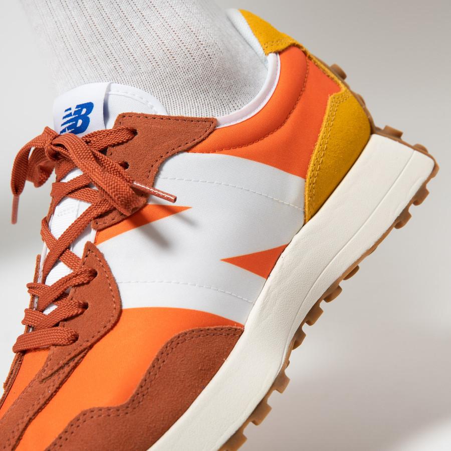 New Balance 327 homme marron orange et jaune on feet (2)