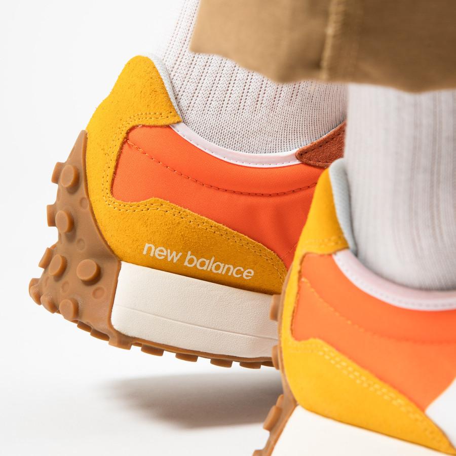 New-Balance-327-homme-marron-orange-et-jaune-on-feet-2